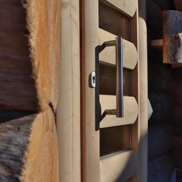 Hölzerne Tür in der Saunablockhütte