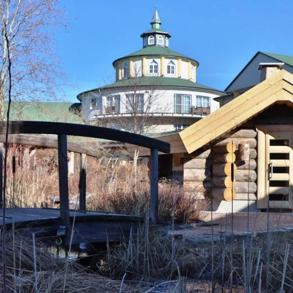 Kleine Holzbrücke vor der Sauna Blockhütte