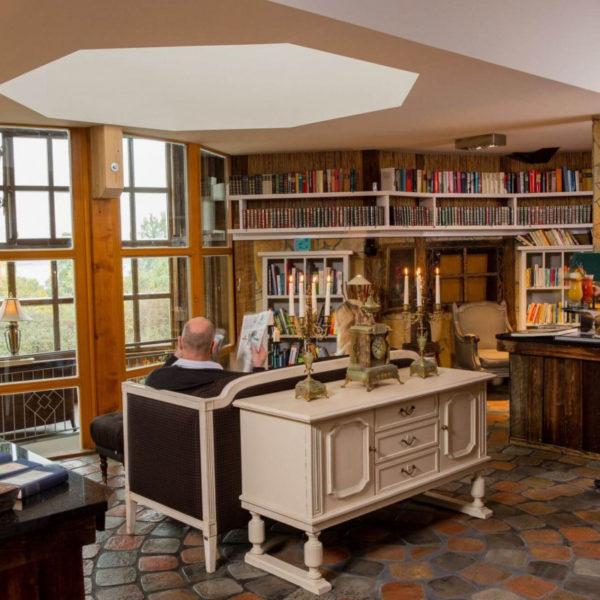 Antike Einrichtung in der Hotelbibliothek