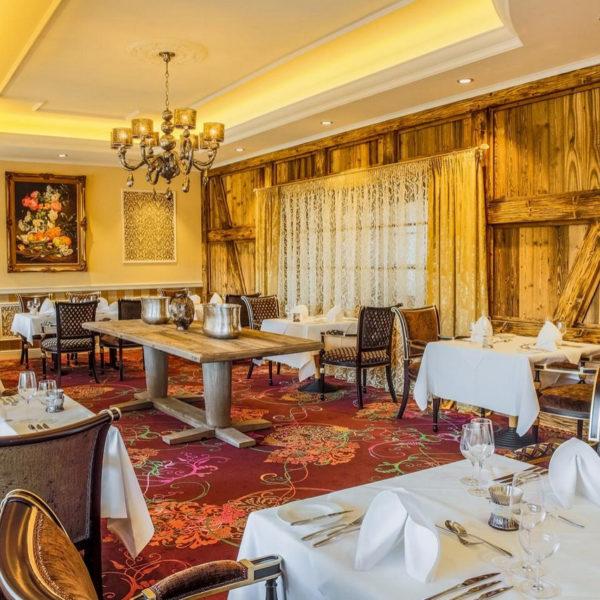 Rustikal-elegantes Ambiente im Hotelrestaurant