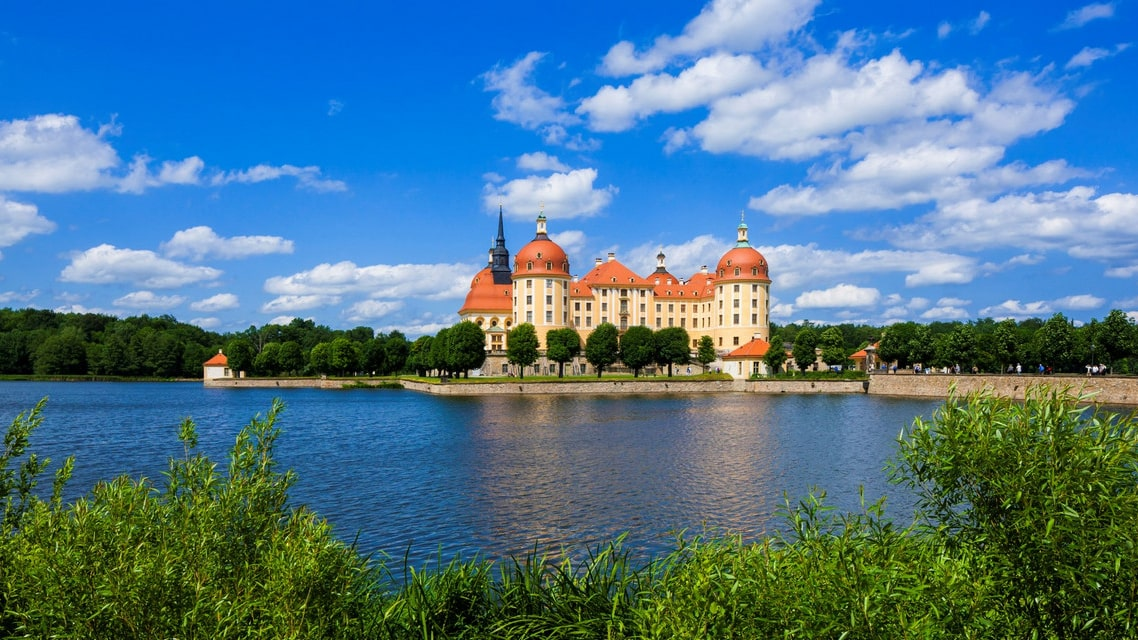 Seeblick auf das Barockschloss Moritzburg