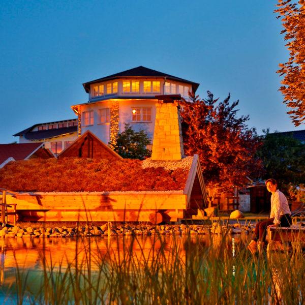 Romantisch beleuchteter Ayurvedapavillon