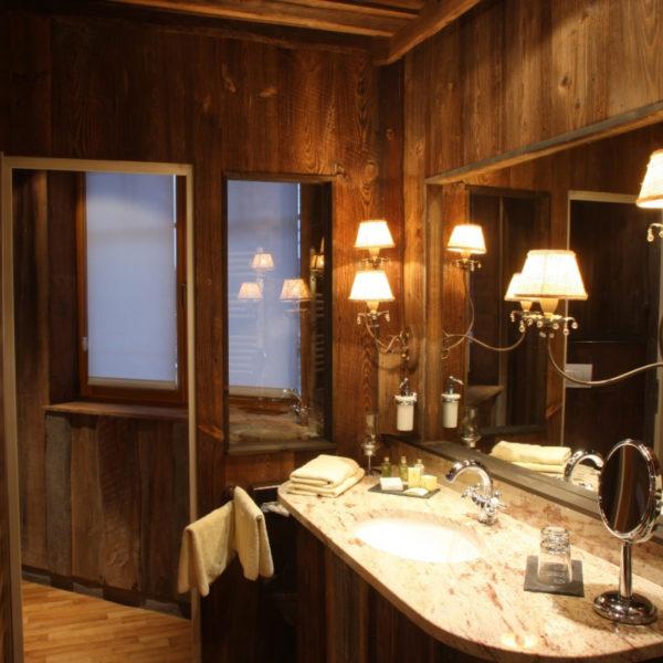 Rustikales Badezimmer in der SPA-Suite
