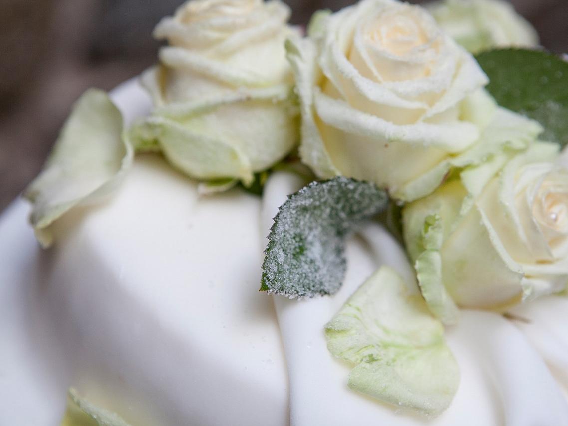 Rosendekoration auf einer Hochzeitstorte
