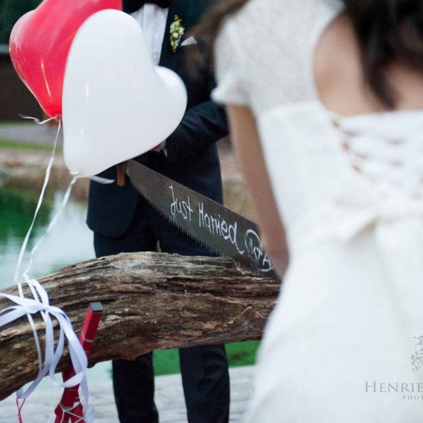 Brautpaar beim Baumstammsägen