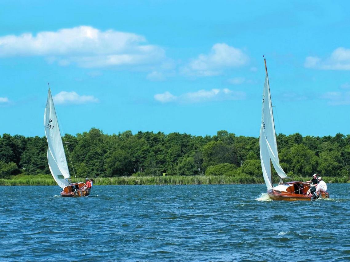 Zwei Segelboote auf dem See