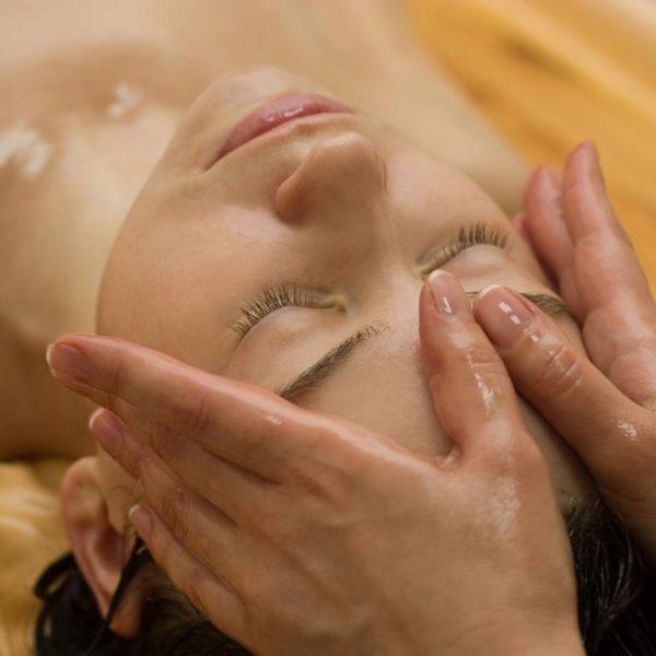 Wellnessgast bei ayurvedischer Gesichtsmassage