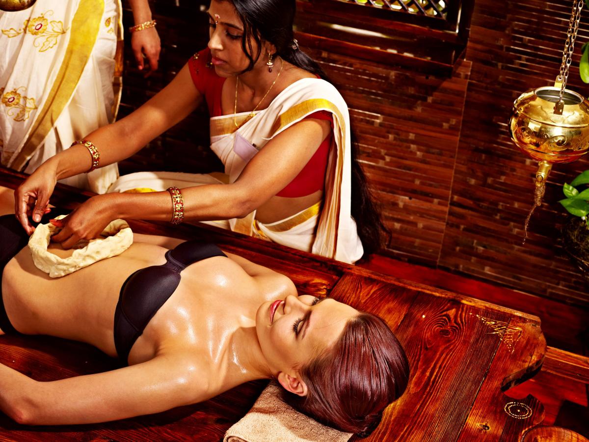 Frau in traditioneller Kleidung bei Wellnessanwendung