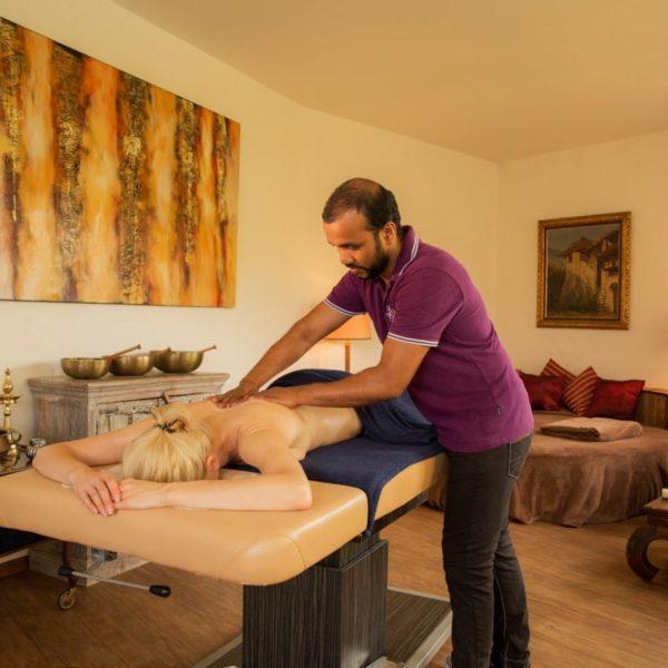 Therapeut bei der ayurvedischen Ganzkörpermassage