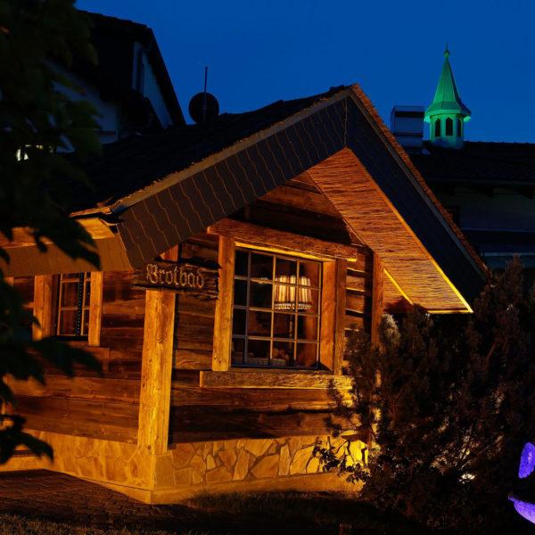 Brotbad in rustikaler Holzhütte