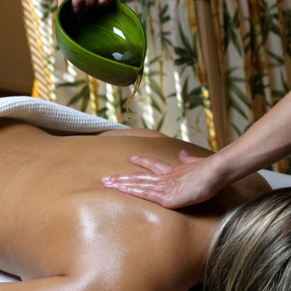 Auf dem Bauch liegende Frau bei Pantai Luar Behandlung