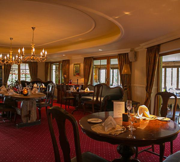 Gemütlich beleuchteter Salon im Restaurant Sandak