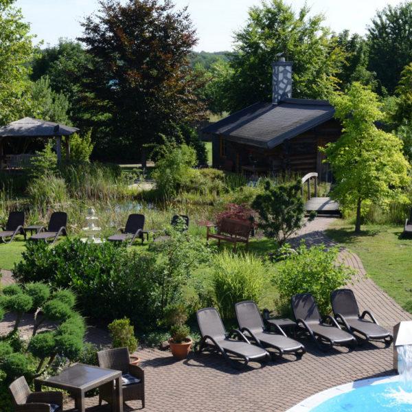 Wellnessgarten mit Liegewiesen und Holzhütten